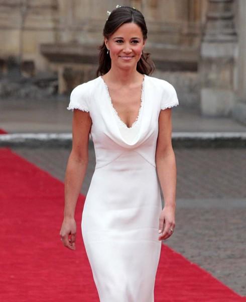 La-jeune-femme-portait-une-sublime-robe-blanche-realisee-par-Sarah-Burton_reference